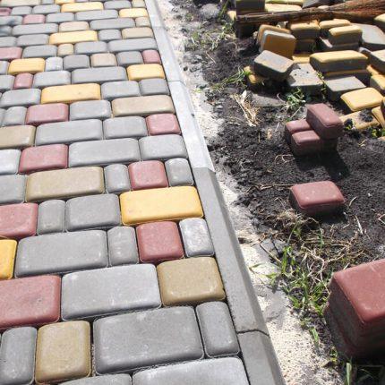 Укладка прессованной тротуарной плитки «Старый город»